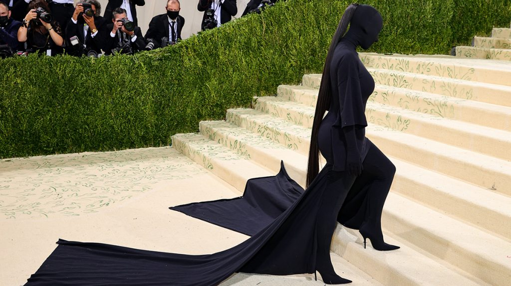 ¿Kim Kardashian estaba maquillada o no bajo la máscara de la Gala Met 2021?