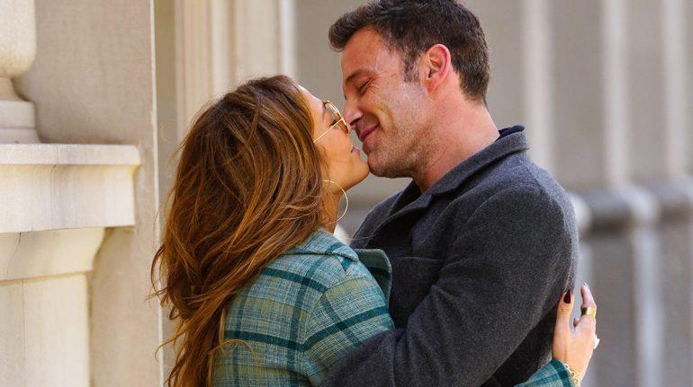 Jennifer Lopez y Ben Affleck besándose en las calles de NY