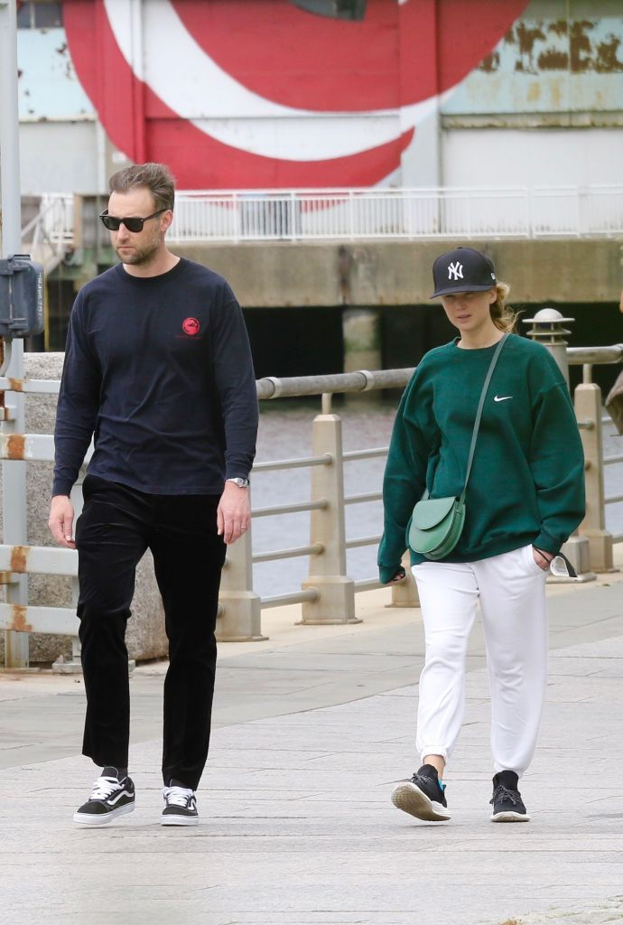 Cooke Maroney y Jennifer Lawrence dando un paseo por NY en mayo de 2021.