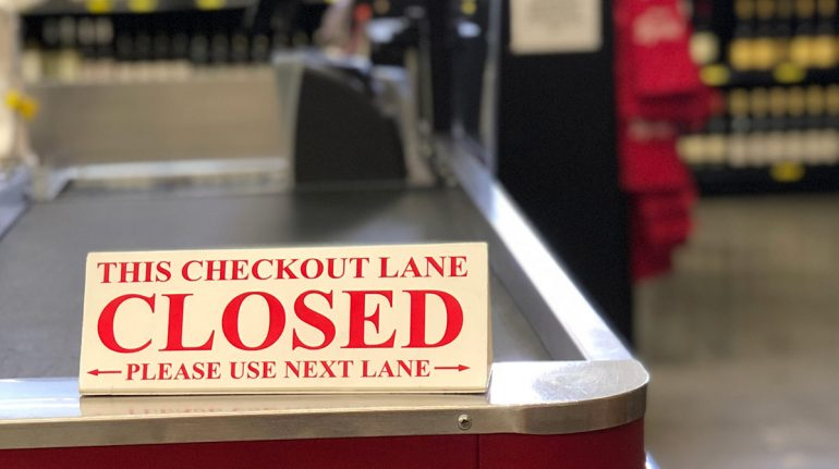 Joven utiliza altavoz de Walmart para denunciar maltratos y renunciar