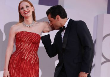 Momento viral de los actores Jessica Chastain y Oscar Isaac beso alfombra roja