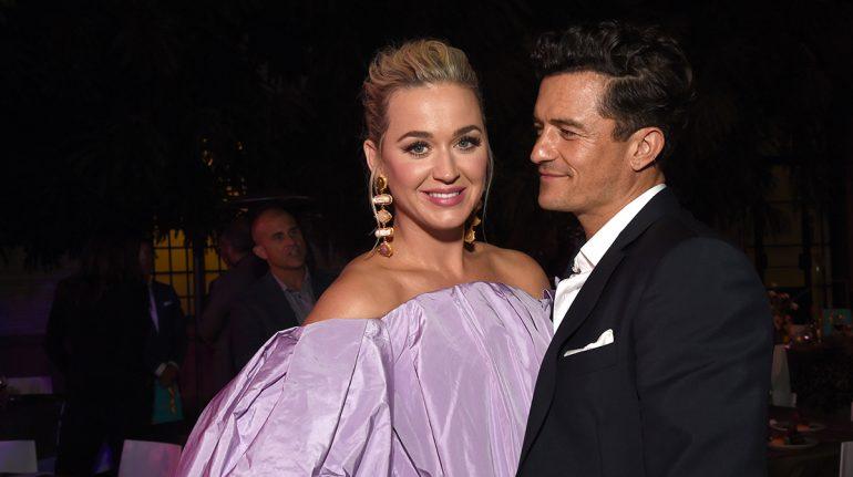 """""""Mi héroe"""": Orlando Bloom sube al escenario para ayudar a Katy Perry con su corsé"""