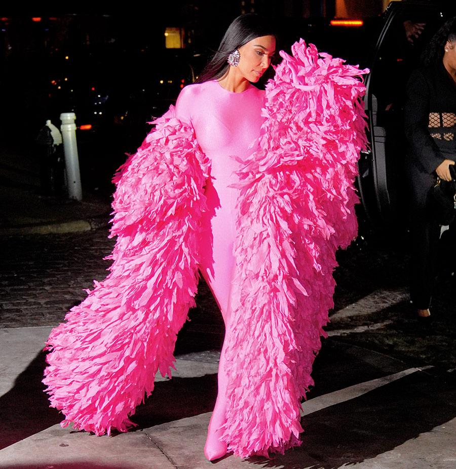 Kim Kardashian Saturday Night Live Me casé con el negro más rico y soy la foto que mis hermanas llevan a sus cirujanos